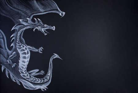 dragones: Dragón Farytale dibujar con tiza en el papel. Gran espacio de la copia a la derecha.