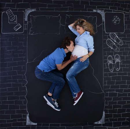 Junges Paar Im Gesprach Am Telefon Im Bett Lizenzfreie Fotos
