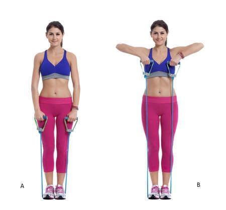 Instrucciones paso a paso: Coloque la banda de resistencia bajo sus talones. Párese derecho con los pies un poco separados. (A) Doble los codos hacia los lados mientras tira de los cables hacia el pecho. (SEGUNDO)
