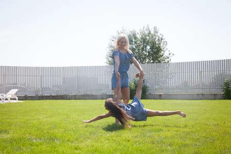 pessoas: Adorável mãe e filha que têm tempo de qualidade. Imagens