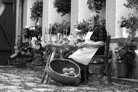 Portrait of a romanian very old woman in traditional clothing making kneel balls. See more images. Banque d'images - 116331959