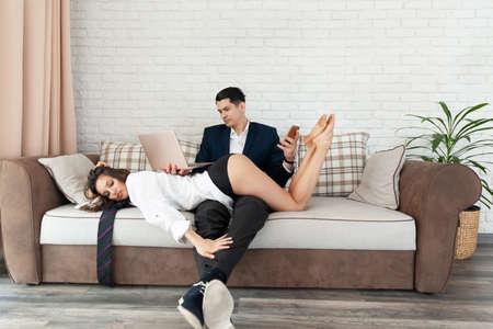 Junges Paar spielt mit Verführungsspielen im Wohnzimmer herum. Standard-Bild