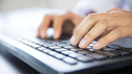 Hands typing on a keyboard Banque d'images