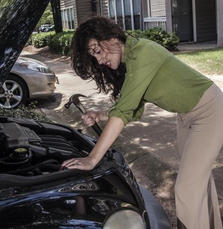 여자가 자동차 문제