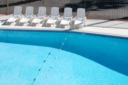 Leeren Schwimmbad mit Liegest�hlen an Deck