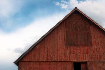 Nahaufnahme des hellen Rot Scheune Dach gegen wolkenschleier blauen Himmel Lizenzfreie Bilder