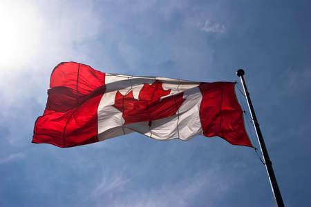 Transluzente gro�e Kanada-Flagge gegen blauen Himmel