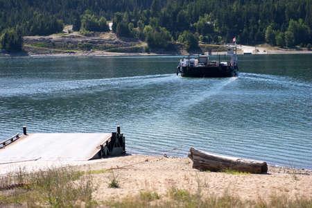 F�hre mit Fahrzeugen und von Passagieren �ber See mit Rampe im Vordergrund