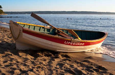 Leere Rettungsschwimmer Ruderboot am Strand bei Sonnenuntergang