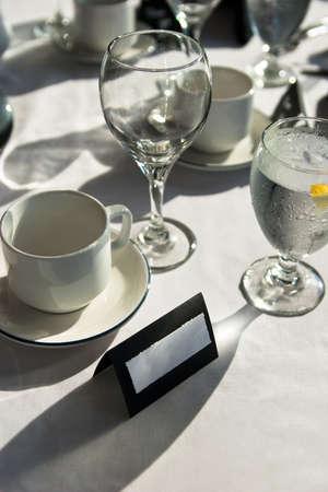Schwarz und wei� Place Setting bei Hochzeit mit leerem Namen Karte