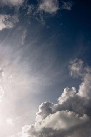 Wei�e Wolken gegen st�rmischen dunklen Himmel