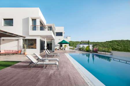 Luxus-Villa mit Pool Standard-Bild - 53466684