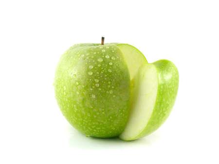manzana verde: Aislado en rodajas de manzana verde con gotas de agua (fondo blanco). Dieta de la fruta fresca. Fruta sana con vitaminas. Foto de archivo
