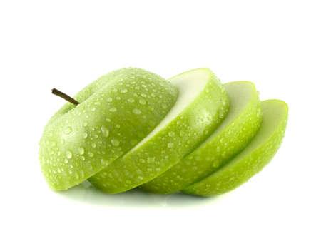 manzana verde: Aislados Rodajas de manzana verde con gotas de agua (fondo blanco). Dieta de la fruta fresca. Fruta sana con vitaminas.