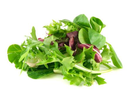 mélange de salade avec roquette, frisée, radicchio et la mâche. Isolé sur fond blanc.