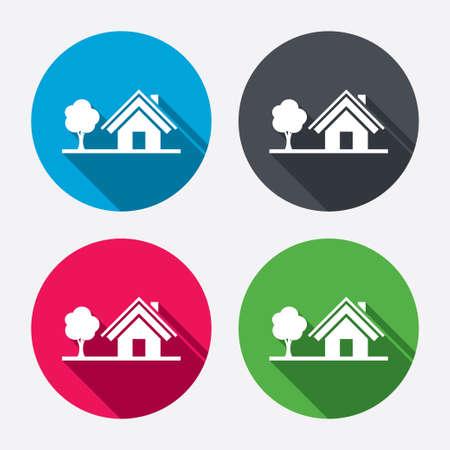 ホームサイン アイコン。シンボル ツリーのある家。長い影と丸ボタン。4 つのアイコンを設定します。ベクトル