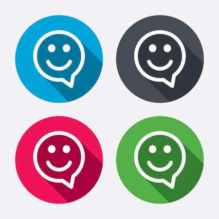 carita feliz: Cara charla feliz símbolo de burbuja de diálogo. Icono de la sonrisa. Botones de círculo con larga sombra. 4 iconos conjunto. Vector