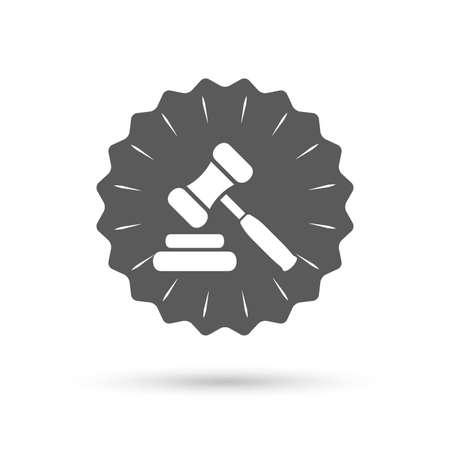 judge gavel: Vintage emblem medal. Auction hammer icon. Law judge gavel symbol. Classic flat icon. Vector