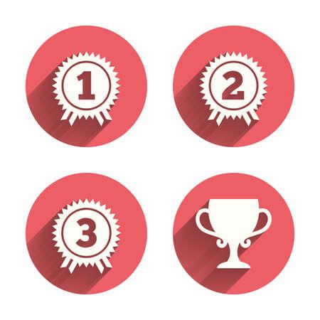 triunfador: Primero, segundo y tercer lugar iconos. Medallas Premio firman símbolos. Taza Premio para el ganador. Círculos rosados ??botones planos con sombra. Vector