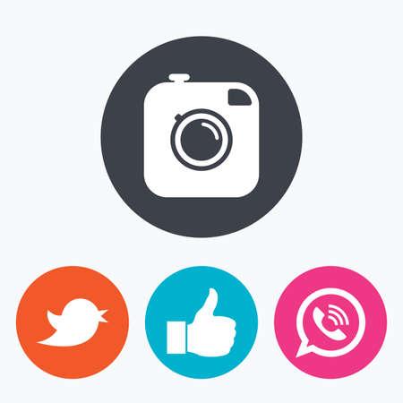 Hipster icono de la cámara de fotos. Al igual que la burbuja del discurso y el signo de llamada. ave símbolo. iconos de redes sociales. Un círculo botones planos con el icono.