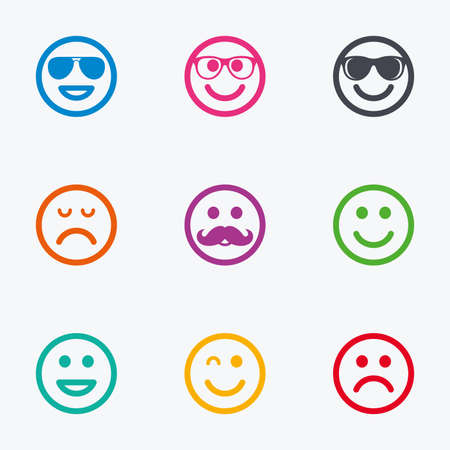 carita feliz caricatura: iconos sonrisa. Feliz, triste y guiño enfrenta signos. Gafas de sol, bigote y la risa lol símbolos de Smiley. iconos gráficos de colores planos.