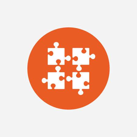 Puzzles de piezas icono de la muestra. símbolo de la estrategia. juego de prueba de ingenio. botón círculo con el icono de color naranja. Vector