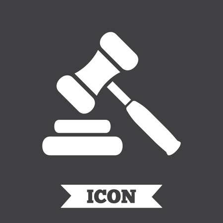 オークションのハンマー アイコン。法律裁判官小槌記号です。グラフィック デザイン要素。暗い背景にフラット オークション ハンマー記号です。