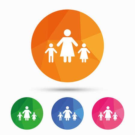 Familia monoparental con dos hijos icono de la muestra. Madre con el hijo y la hija símbolo. botón triangular poli baja con el icono plana. Vector Foto de archivo - 62379441
