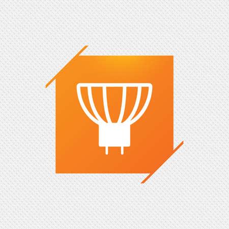 enchufe de luz: icono de la bombilla. Lámpara símbolo zócalo GU5.3. Dirigido o señal de luz halógena. sello cuadrado naranja en el patrón. Vector