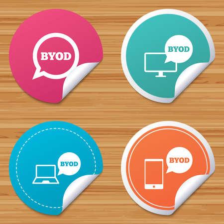 丸型ステッカーまたは web サイトのバナー。BYOD アイコン。ノート パソコンとスマート フォンの看板。音声バブルの象徴。曲げられたコーナーが付いているバッジをサークルします。ベクトル