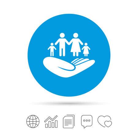 Familienlebensversicherungzeichen. Hand hält Symbol der menschlichen Gruppe. Krankenversicherung. Dateien kopieren, Chat-Sprechblase und Diagramm-Web-Symbole. Vektor Standard-Bild - 71705309