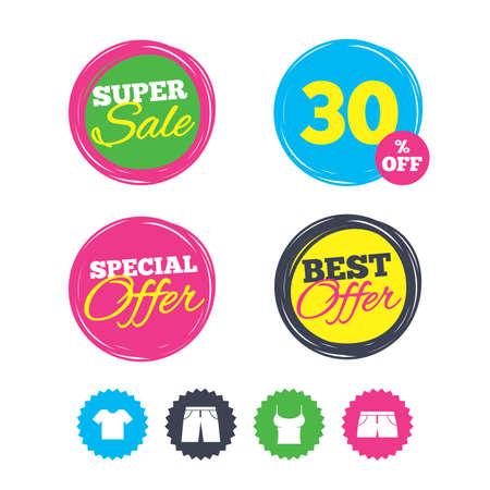 Super verkoop en beste aanbiedingstickers. Kleren pictogrammen. T-shirt en broek met korte broekborden. Zwembroek symbool. Winkelen labels. Vector