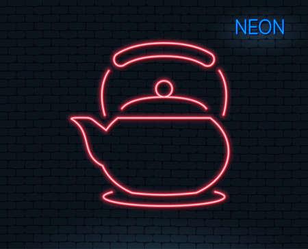 ネオンライトティーポットラインアイコン。ホットドリンクサイン。やかんのシンボルの新鮮な飲み物。輝くグラフィックデザイン。レンガの壁ベ  イラスト・ベクター素材