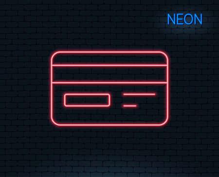 네온 불빛. 신용 카드 줄 아이콘. 은행 지불 방법 기호입니다. 온라인 쇼핑 기호입니다. 빛나는 그래픽 디자인. 벽돌 벽. 벡터