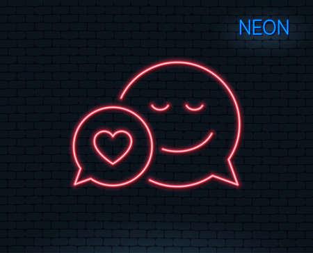 ネオンライトスマイルラインアイコン付きコミックスピーチバブル。ハートサインで感情をチャット。輝くグラフィックデザイン。レンガの壁ベク  イラスト・ベクター素材