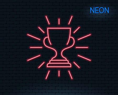 네온 불빛. 수상 라인 아이콘을 수상. 우승자 트로피 상징입니다. 스포츠 성과 기호입니다. 빛나는 그래픽 디자인. 벽돌 벽. 벡터 일러스트