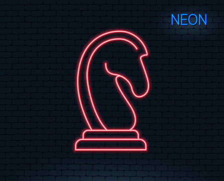 Neon light. Chess Knight line icon. Marketing strategy symbol. Business targeting sign. Glowing graphic design. Ilustração