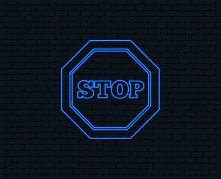 Luce al neon. Icona del segnale di stop del traffico. Simbolo di attenzione. Grafica accesa. Muro di mattoni. Vettore