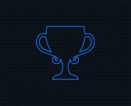 Néon. Icône de signe de coupe vainqueur. Attribution du symbole des gagnants. Trophée. Conception graphique éclatante. Mur de briques. Vecteur Banque d'images - 98643581