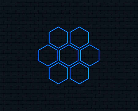 Neon light. Honeycomb sign icon. Honey cells symbol. Sweet natural food. Glowing graphic design. Brick wall. 版權商用圖片 - 100536692