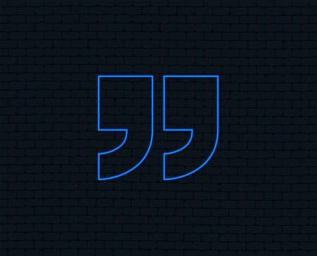 Luz de neón. Icono de signo de cotización. Símbolo de comillas. Comillas dobles al final de las palabras. Diseño gráfico brillante. Pared de ladrillo. Vector Ilustración de vector