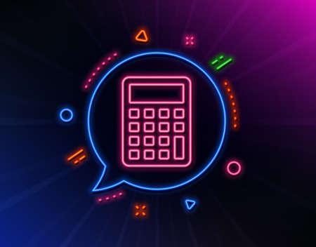 Icono de línea de calculadora. Luces láser de neón. Signo de contabilidad. Calcular el símbolo de finanzas. Bocadillo de diálogo de láser resplandor. Burbuja de chat de luces de neón. Insignia de banner con icono de calculadora. Vector