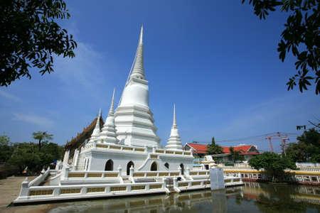 Ornament: Beautiful white pagodas with clear sky at Khemapirataram Wat, Thailand Stock Photo - 11491604