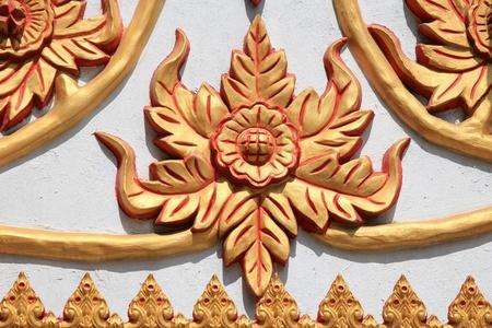 metal sculpture: Ornamento: la scultura in metallo oro di fiori in tailandese tempio