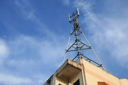 Telecommunication  3G phone antenna  mounted on top of building against blue sky 免版税图像