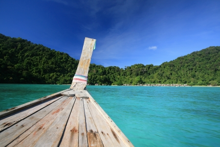 Wooden boat head with bow on transparent blue sea sailing to island at Koh Surin, Thailand Archivio Fotografico