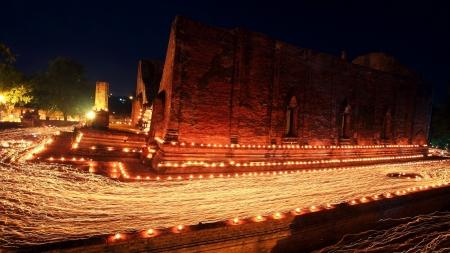 light trail: Rastro ligero alrededor del antiguo templo de Wat Mahaeyong el d�a de Visakha Puja en Ayutthaya, Tailandia La gente de la vela encendida y paseo por el templo en 3 veces a la adoraci�n Foto de archivo