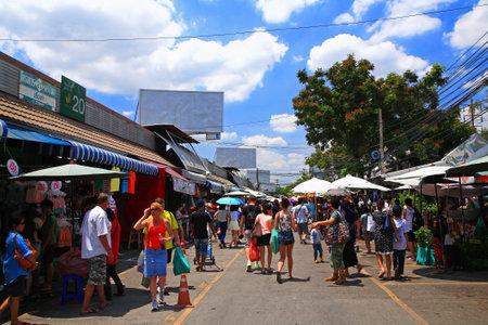 BANGKOK - 1 giugno La gente non identificata shopping al mercato del fine settimana Chatuchak aperto dalle 08:00-18:00 il 01 giugno 2013 in Bangkok, Thailandia Ecco il più grande mercato di fine settimana in Thailandia Archivio Fotografico - 20229136