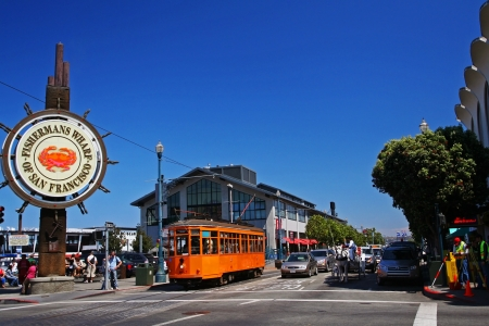 SAN FRANCISCO-29 augustus Unidentified mensen bezoeken Fishermans Wharf op 29 augustus 2007 in San Francisco, Californië, Verenigde Staten Hier is beroemde toeristische attracties, ongeveer 12 miljoen bezoekers per jaar Stockfoto - 20425201