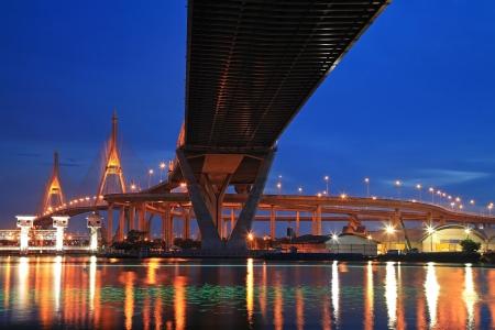 light trail: Suspensi�n Bhumibol, tambi�n conocido como Anillo Industrial Road, Puente sobre el r�o Chao Phraya, con rastro de luz en el crep�sculo en Bangkok, Tailandia Foto de archivo